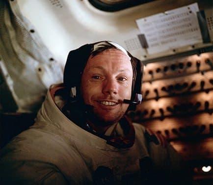 宇宙服を着用したニール・アームストロング氏