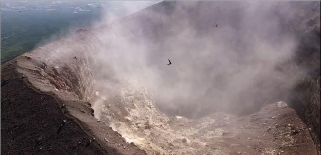 浅間山の火口に何かが住んでいる