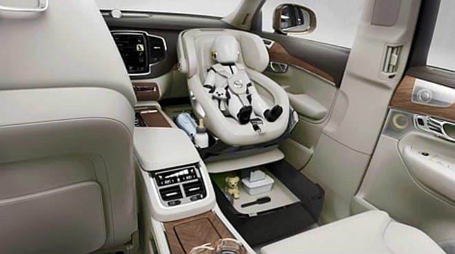 チャイルドシート周辺に用意された育児用品収納用スペースの例