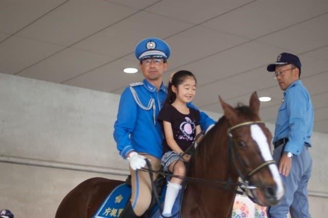 騎馬警官と一緒に記念撮影(写真提供:東京国際フォーラム)