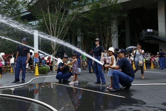消防士と一緒に消火体験(写真提供:東京国際フォーラム)