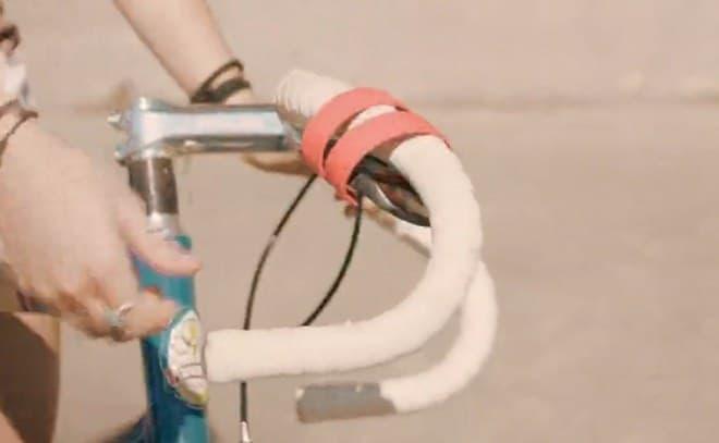 テンプルがハンドルバーにくるくると巻き付く仕組み  ケースなどに仕舞わなくても持ち運べます