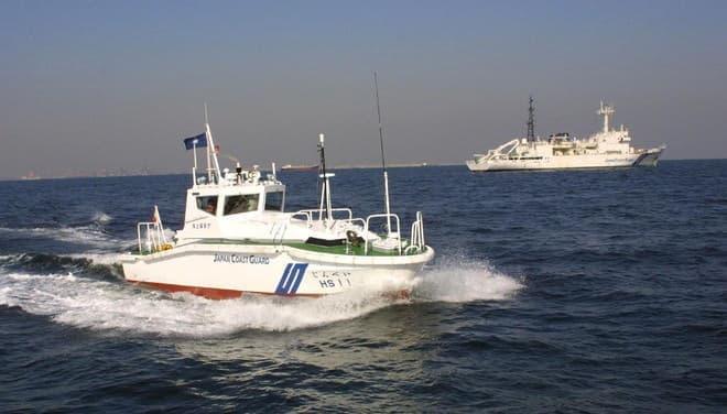 「じんべえ」と「拓洋」(写真提供:海上保安庁)