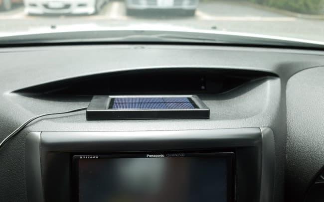 「ROOMMATE 自動車用ソーラーパワー換気扇」の特徴は  ソーラーパネルで発電し換気扇を回している点
