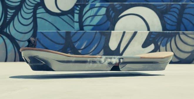 写真では分からないが、ホバーボード下にはレールが隠されている
