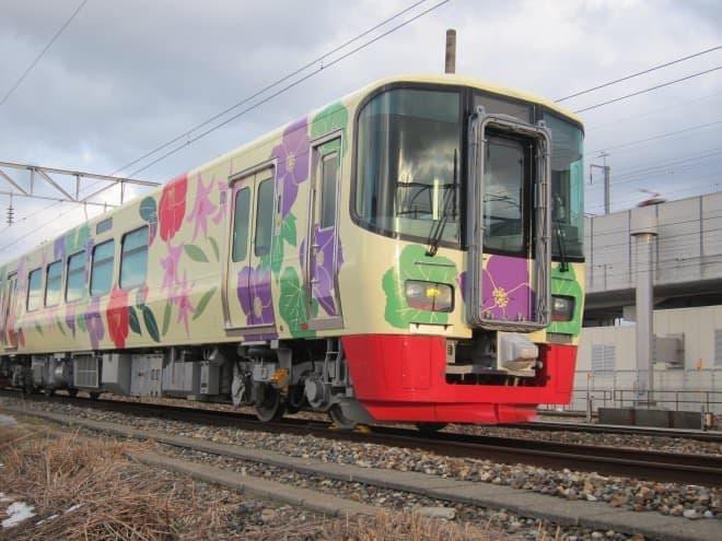 色鮮やかな列車に乗って入日を見よう