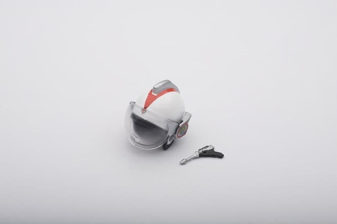 小さなヘルメットとマットシュートもついてる  (C)円谷プロ