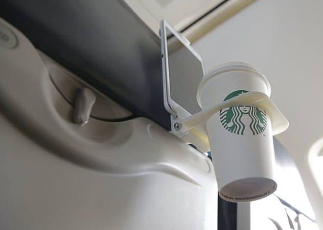 「Airhook」の設置は、シートテーブルの上部に挟み込むだけ