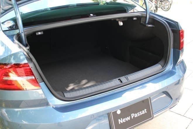 ゴルフバッグを4個積める荷室  奥が深いのが特徴です