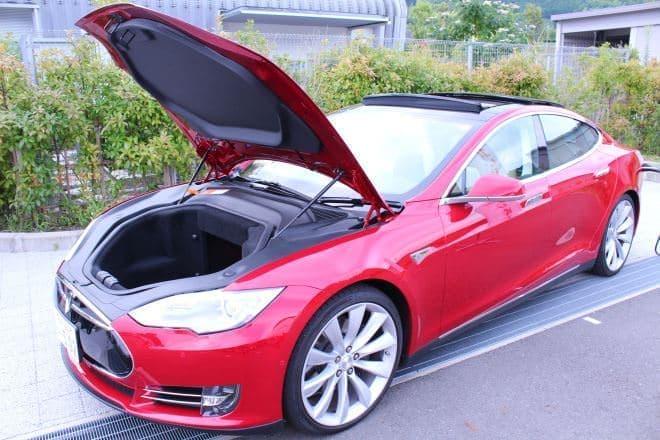 こちらは電気自動車テスラ「MODEL S」