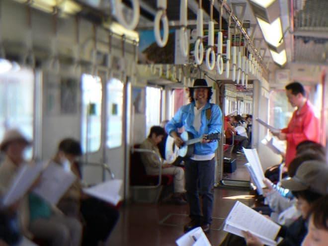 列車内が「うたごえ喫茶」に