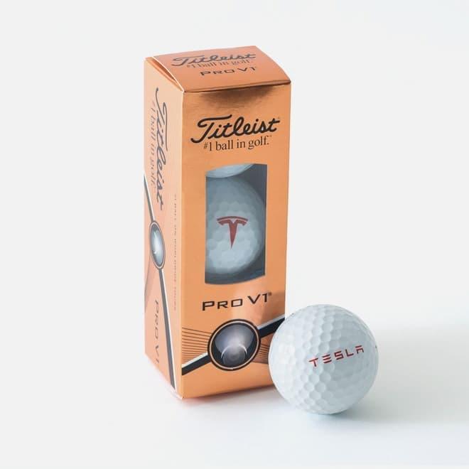 テスラロゴの入ったゴルフボール。趣味の世界だ