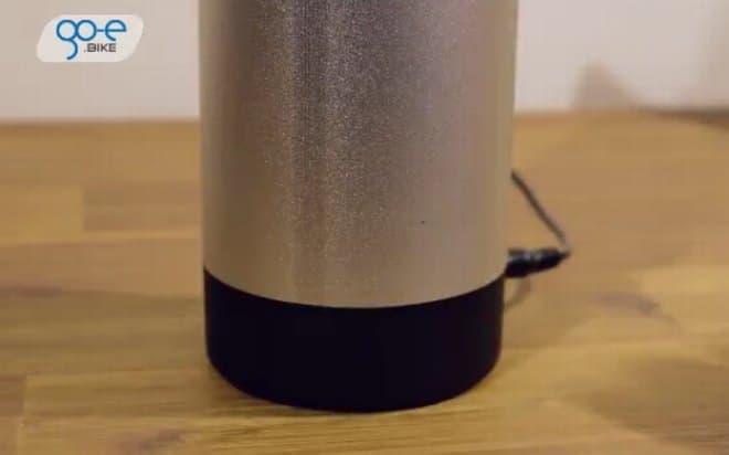 取り外したバッテリーは、オフィスのデスクで充電できます