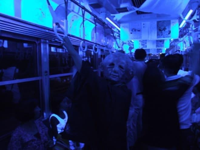 でも妖怪だってちゃんと吊り革につかまらないとね(写真提供:京福電気鉄道)