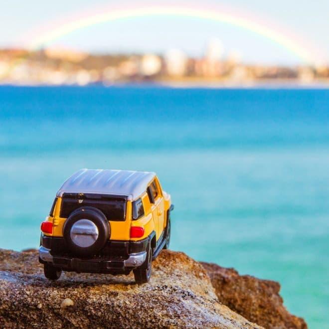 ミニカーと虹(写真提供:トヨタ自動車)