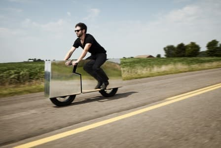 エクステリアを鏡張りにした電動バイク「Moto Undone」