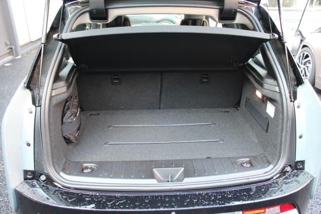 トランクは、日帰りドライブ程度の荷物なら十分載せられる容量です