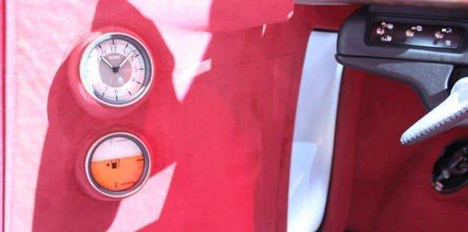 懐かしポイントその1:アナログ時計と燃料計!