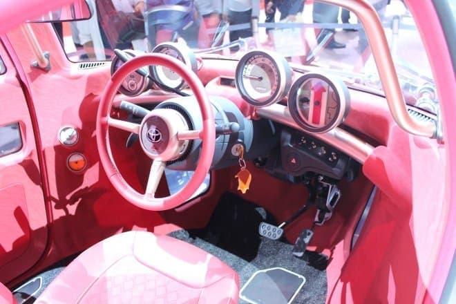 ドライバーズシートが真ん中に配置されたシートアレンジ  20世紀初頭のクルマみたいですね  馬車を御す「御者」のイメージでしょうか?