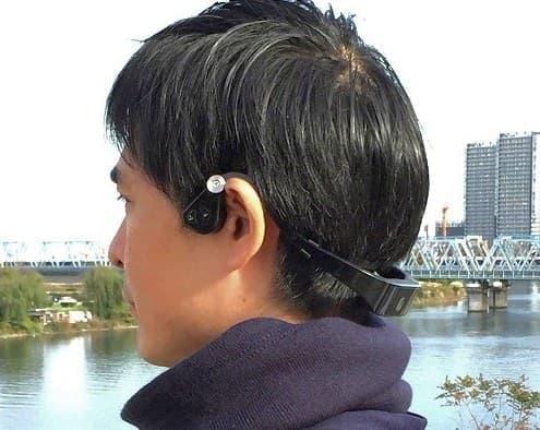 骨伝導パッドは耳の前の頬骨あたりに当てる  耳を覆わないように注意!