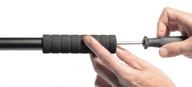 ドライバーで固定する  (ハンドルグリップは、穴のあいたスリーブタイプを使用)