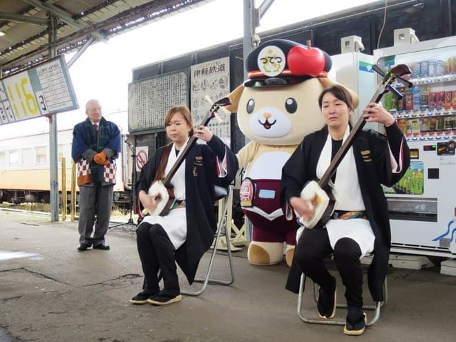 運行初日のセレモニーでは津軽三味線の演奏も(写真出典:津軽鉄道)