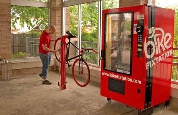 販売機のそばには、修理用スタンドを設置  これ、あると楽なんですよね