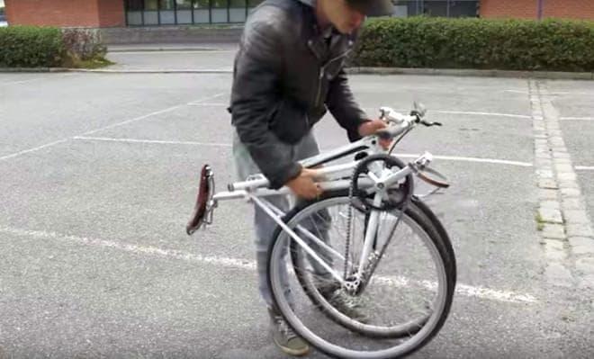 自転車を前輪と後輪が隣り合う型に折り畳める