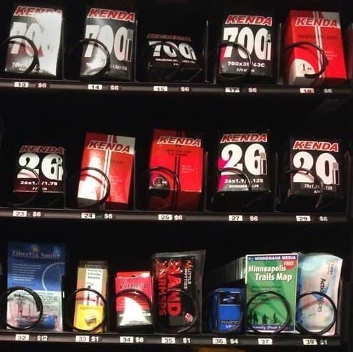 自販機で販売されるグッズ例  チューブの他、地図も販売されています