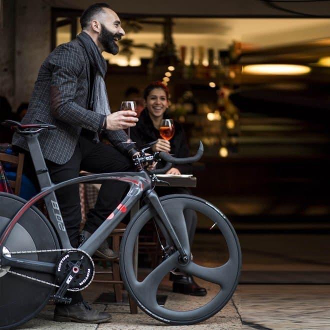 服装だけでなく自転車でもおしゃれをして、ワインやカクテルを楽しむ