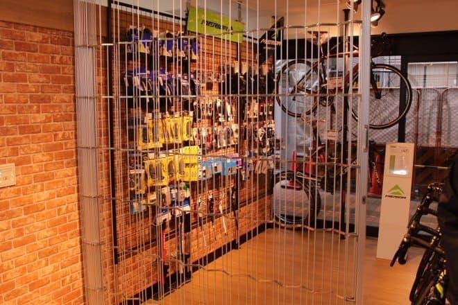 店舗営業時間外は、販売スペースをシャッターで閉鎖する