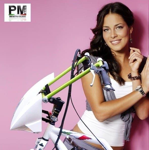 「PMZERO」広告画像  自転車よりも、後ろの女性が気になります?
