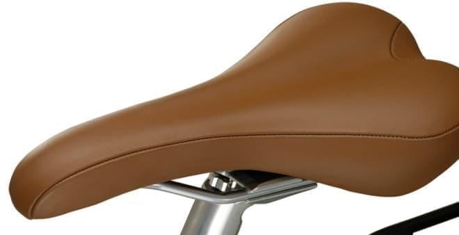 レザー製のサドルは、快適性とエレガントなデザインを両立させている