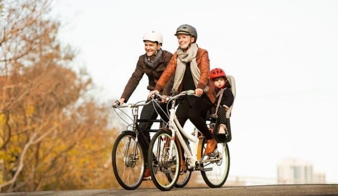 自転車で子どもの送り迎え  日本では当たり前ですが、米国では珍しい光景です
