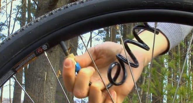 口金をタイヤのバルブに取り付ける