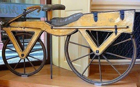 参考画像:1820年頃に活躍した足蹴り自転車