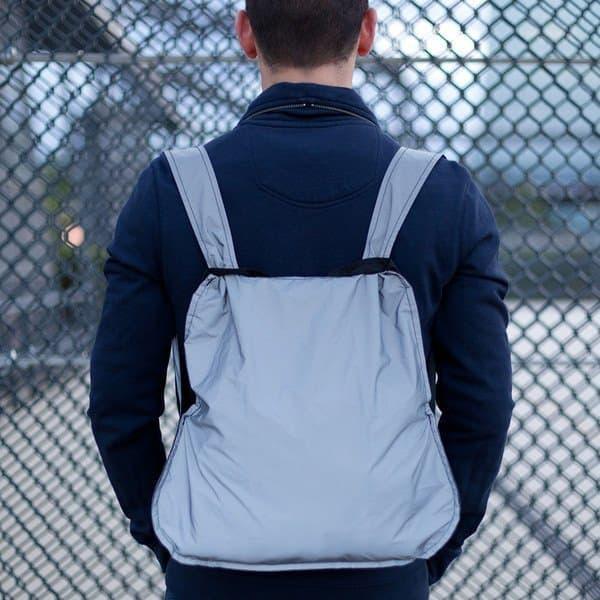 サイクリストの夜間視認性を高めるバックパック「Reflective Bag & Backpack」  昼光下ではごく普通のバックパックだが