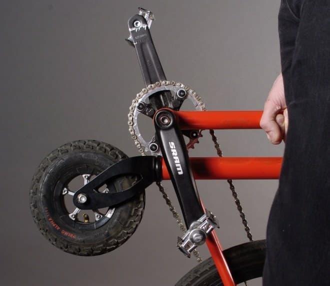 ペダル直下に置かれ、方向転換を担う前輪  小さい…。