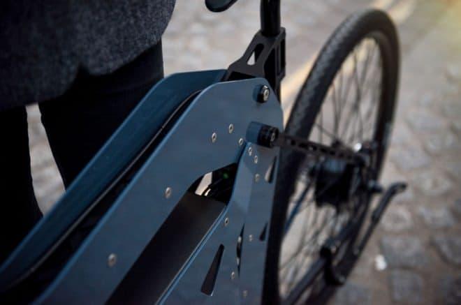 フレームはアルミ板2枚で構成  ユニークなデザインを実現