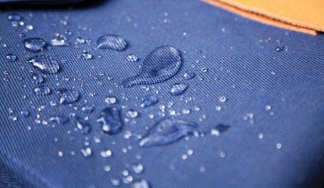 表面は撥水加工  小雨であれば濡れても大丈夫