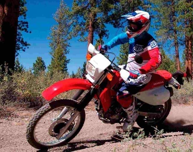 参考画像1:ベースとなったホンダのオフロードバイク「XR650L」  このオリジナルホイールの代わりに
