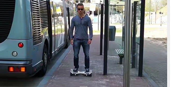 参考画像:ホバーボードタイプの乗り物「Oxboard」  参考情報:乗っている男性は、ターミネーターではない