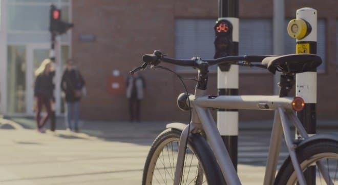 無人自転車は、赤信号で自動停止し、