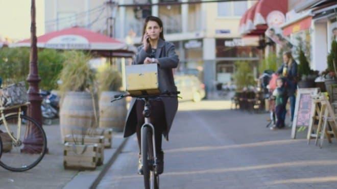 自動運転自転車であれば、  自転車に乗りながら取引先に電話をかけられる