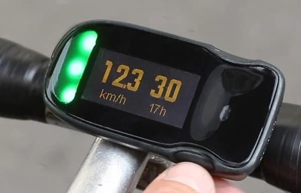 「HAIKU」の走行速度と時刻表示画面