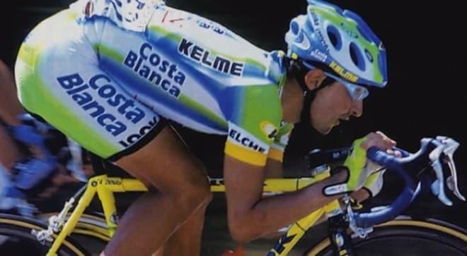 レース中に前傾姿勢を取る自転車選手