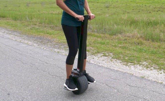 一輪なのに倒れない電動バイクUno Boltシリーズに、立ち乗りもできる「MINI」登場