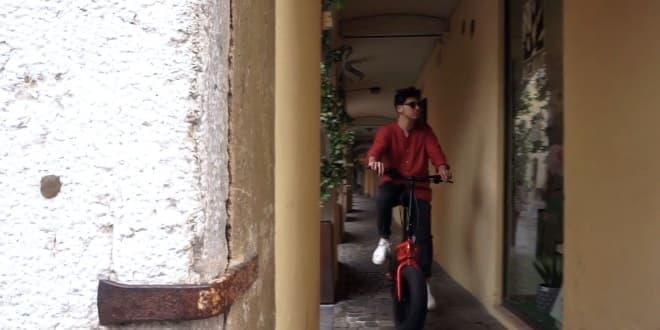 ファットタイヤを装着した折り畳み自転車Parillino