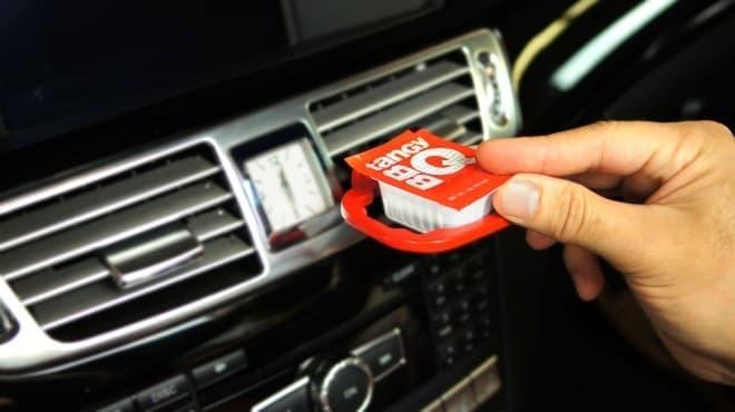 エアコン吹き出し口に取り付けるディップソースホルダー「Saucemoto」