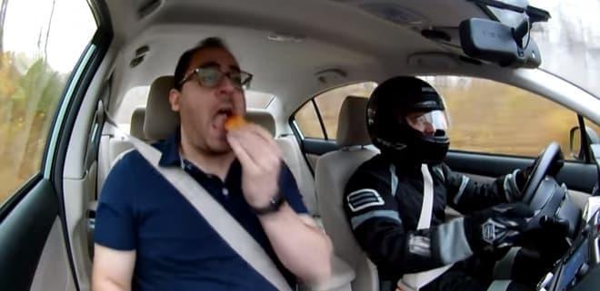ドライブスルーの必需品 ― エアコン吹き出し口に取り付けるディップソースホルダー「Saucemoto」